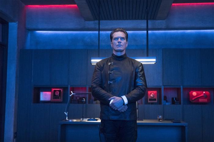 Капитан Джон Битти (Майкл Шеннон) – полностью поддерживает принципы общества потребления