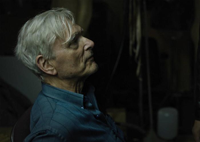 Профессор Фабер (Кир Дулли) – пожилой человек, который пытается сохранить книги от тотального уничтожения